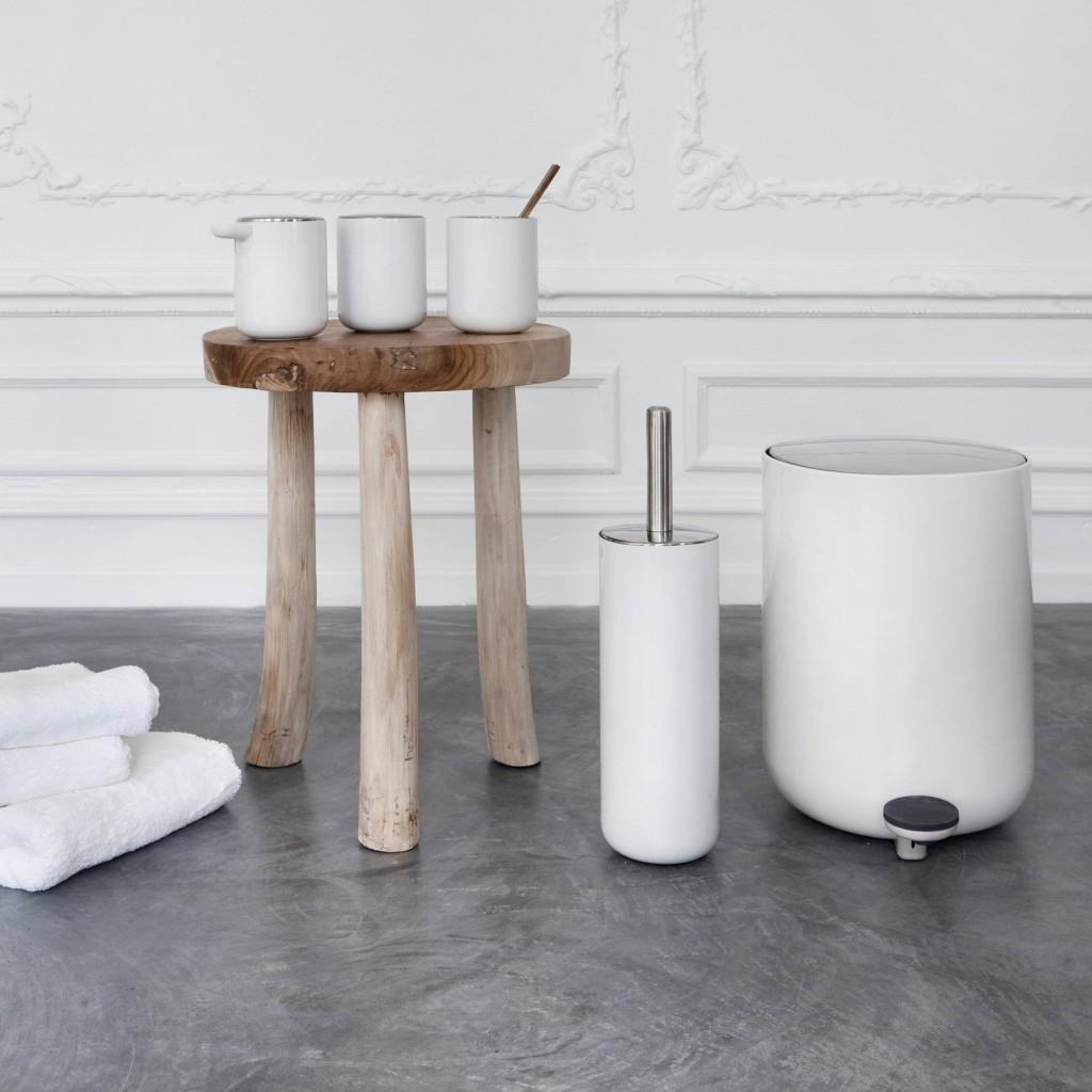Badezimmer-Deko in weiß: Toilettenbürste, Badeimer, Zahnputzbecher, Döschen