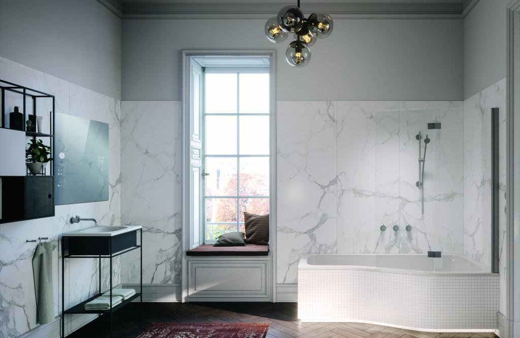 Badezimmer mit Marmorwänden, Duschbadewanne, Smart-Spiegel und ausgefallener Deckenleuchte
