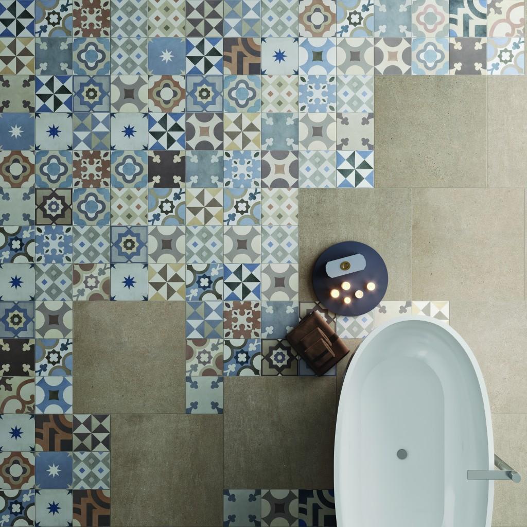 Boden im Badezimmer im orientalischen Stil / Shabby Chic unter freistehender Badewanne