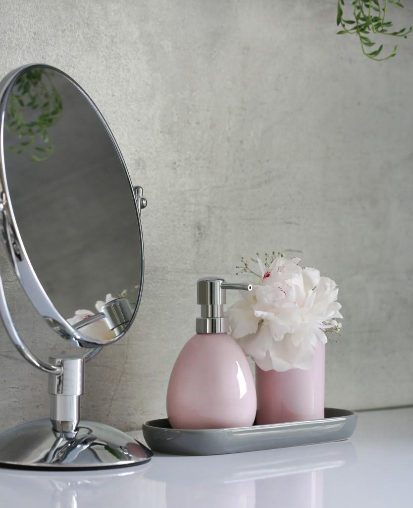 Schminkspiegel chrom, Seifenspender rosa glänzend und Zahnputzbecher für das Badezimmer, Dekoration, Accessoires