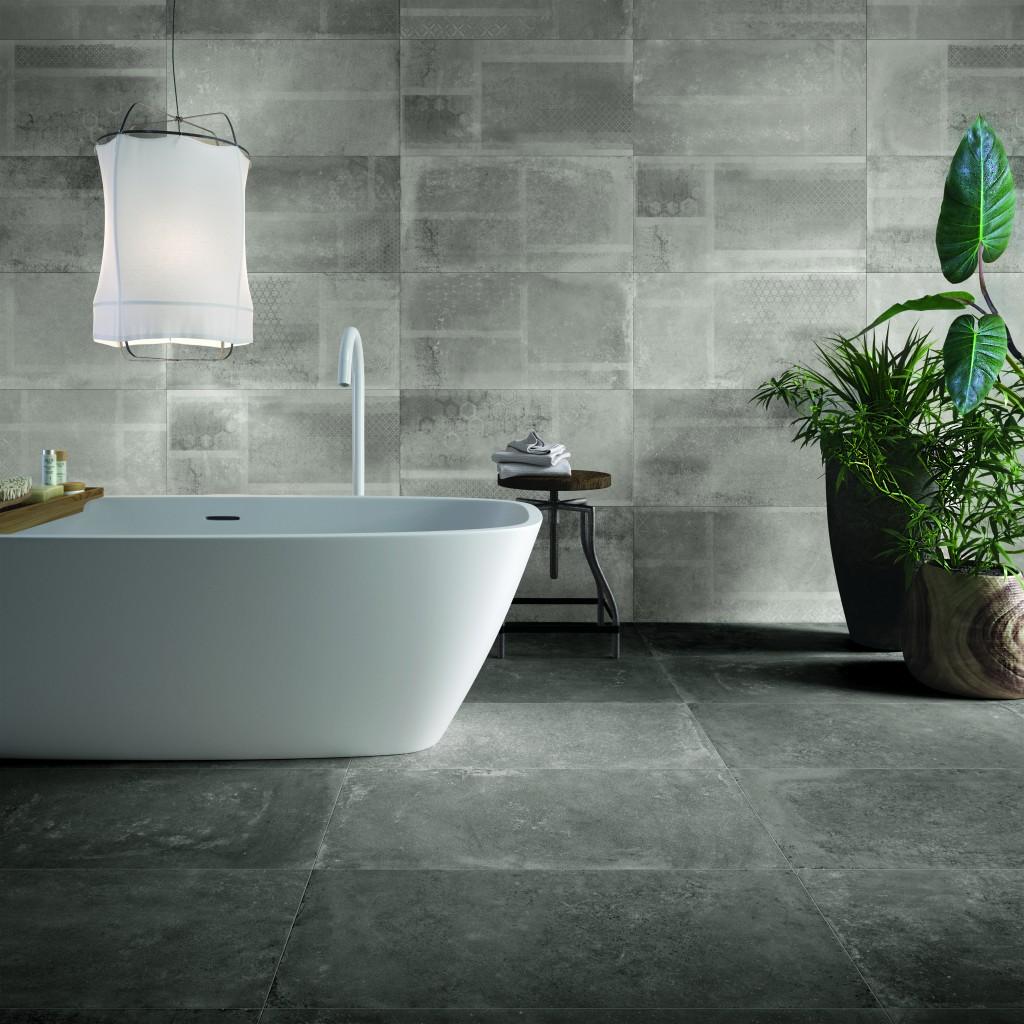 Badezimmer mit XXL / Großformat-Fliesen in Beton-Optik mit Hängelampe, freistehender Badewanne und Badezimmer-Pflanzen