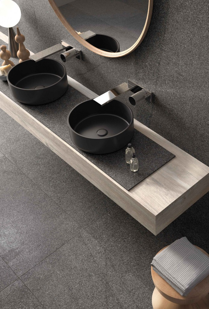 Doppelwaschtisch Dunkelgrau / Grau mit minimalistischer Wandarmatur und Waschtischplatte aus hellem Holz